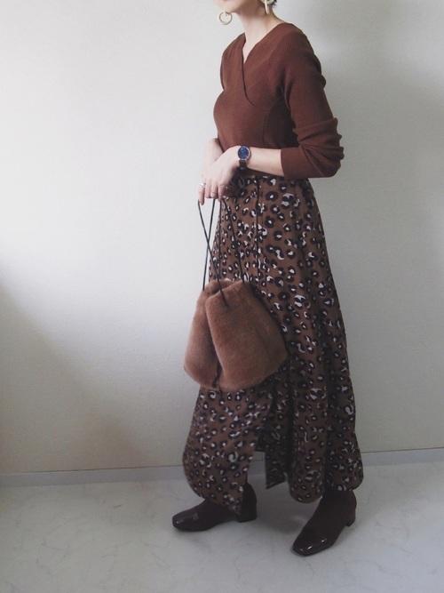 ブラウンレオパード柄ロングスカートにブラウントップスの大人女子のバレンタインデートコーディネート