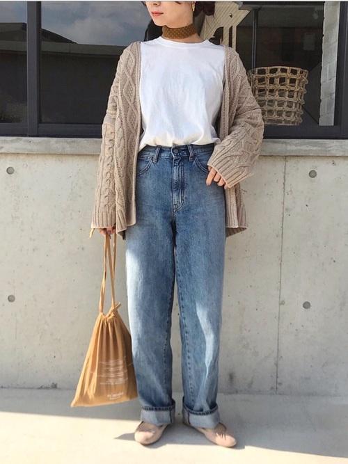 ベージュニットカーディガンにデニムパンツを合わせた春の最高気温16度の日にぴったりなレディースの服装