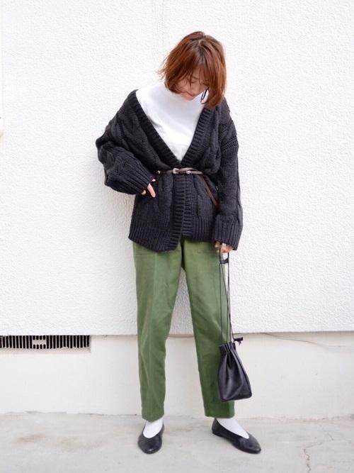 黒のニットカーディガンにカーキパンツを合わせた秋冬の最高気温16度の日にぴったりなレディースの服装