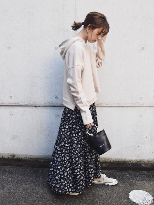 ベージュスニーカーに黒小花柄スカート