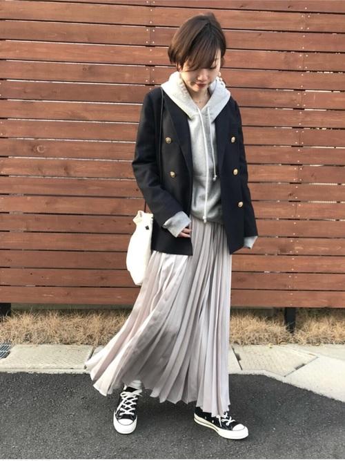 紺ブレにマキシ丈プリーツスカート