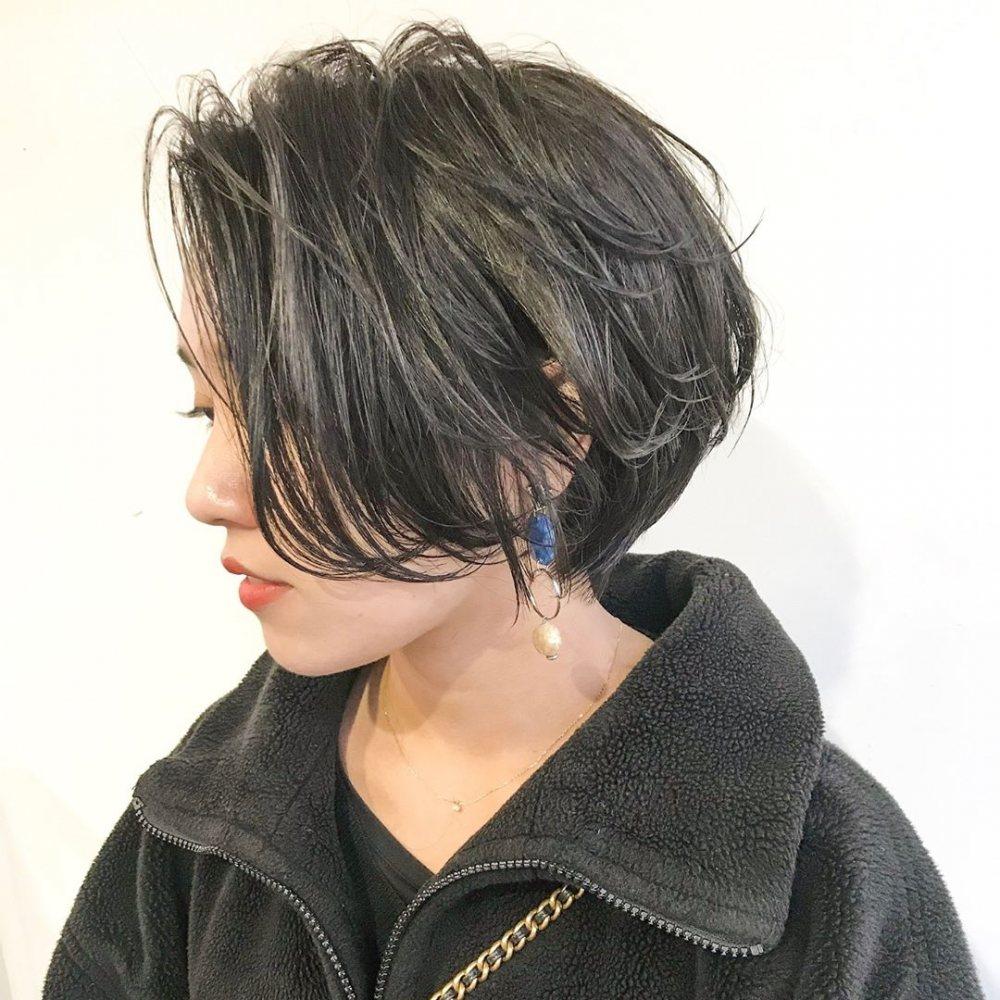 レディースショートヘアの種類で大人女子に似合う前下がりショートの髪型をした女性