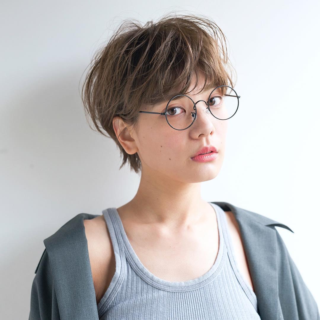 レディースショートヘアの種類で大人女子に似合う耳かけショートの髪型をした女性