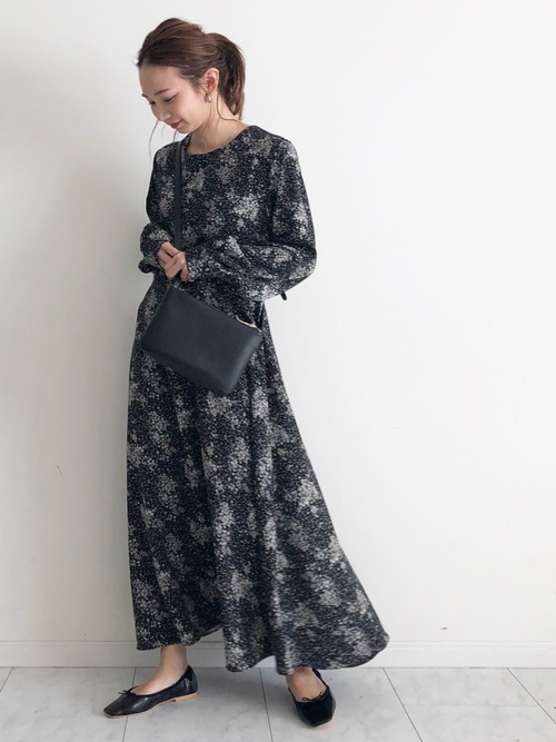 黒の花柄ワンピースを着た女性