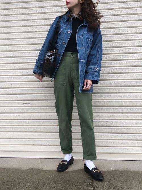 デニムジャケットにカーキパンツと黒ローファーの秋冬の最高気温19度の日にぴったりなレディースの服装