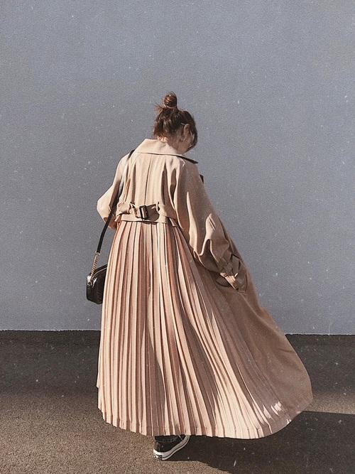 プリーツトレンチコートコーデの女性