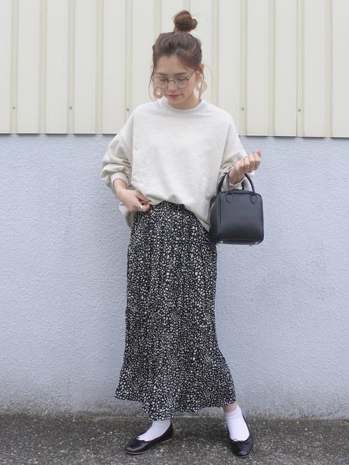 アイボリースウェットに黒ランダムドット柄ロングスカートの最低気温15度の日にぴったりなレディースの服装