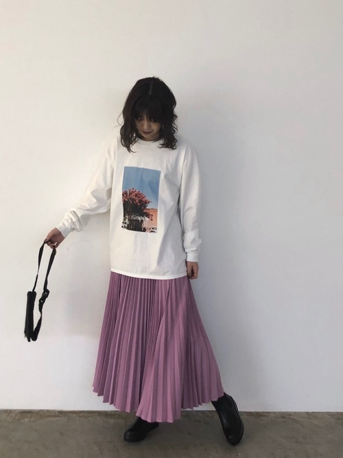 ピンクのプリーツスカートのコーデ