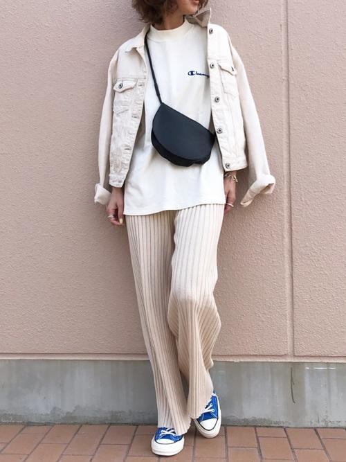 白Tにアイボリーのパンツを合わせて、ホワイトデニムジャケットを羽織って、ブルーのコンバースを履いた女性