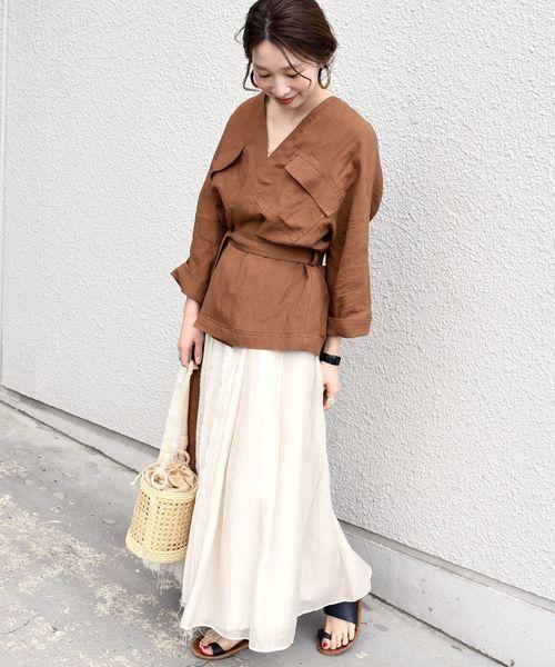 リネンシャツにスカートコーデの女性