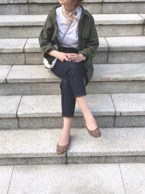 ミリタリージャケットとバンダナを身に付ける女性