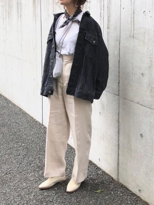 黒デニムジャケットとスカーフを合わせたフレンチカジュアルスタイルなレディースコーディネート