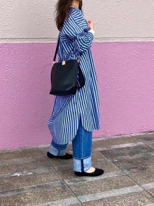 シンプルストライプ柄のブルーシャツワンピースとブルーデニムパンツを合わせたレディース春夏コーディネート