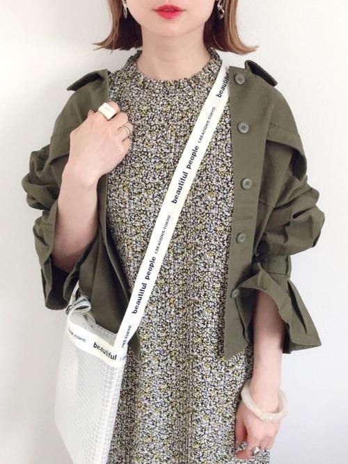 柄ワンピースにミリタリージャケットを羽織るアップの女性