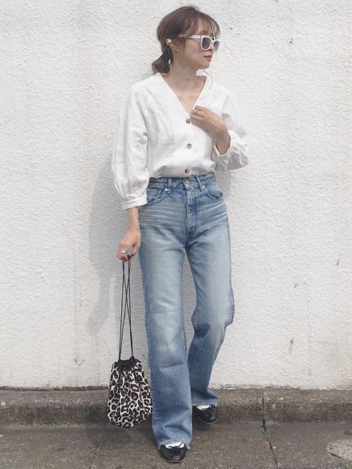 小柄な低身長女子に人気のプチプラブランドGUの白ブラウスを着たレディースコーディネート