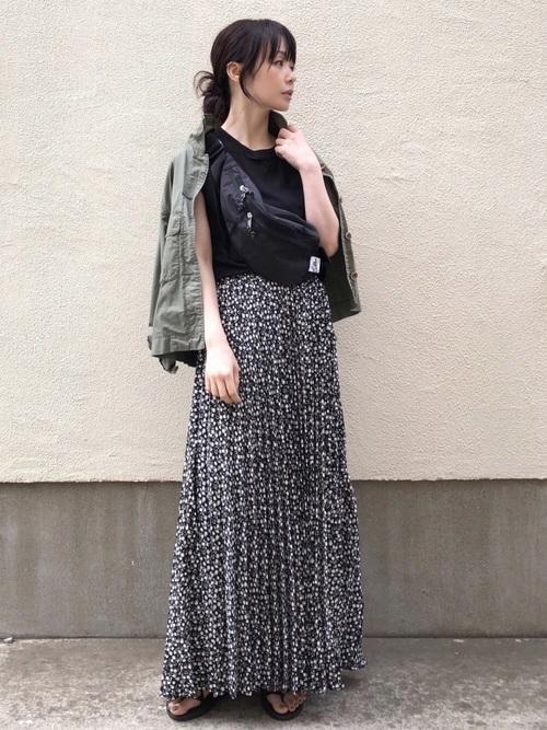 カーキの羽織りに黒小花柄スカート