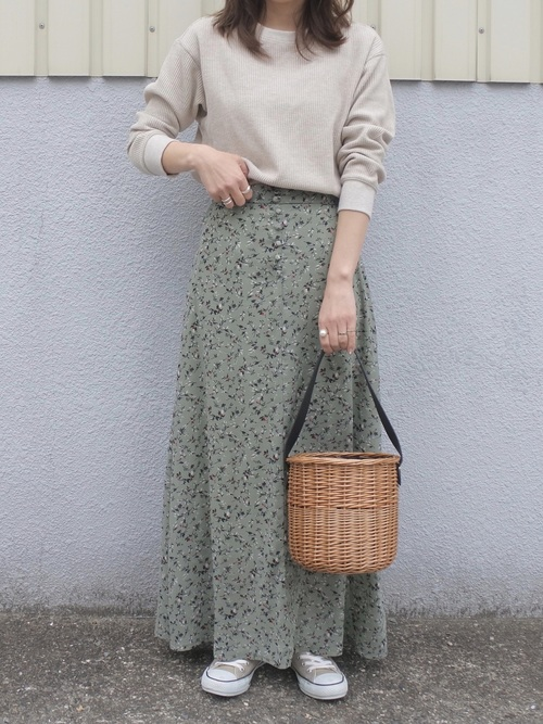 ベージュカットにグリーン小花柄スカート