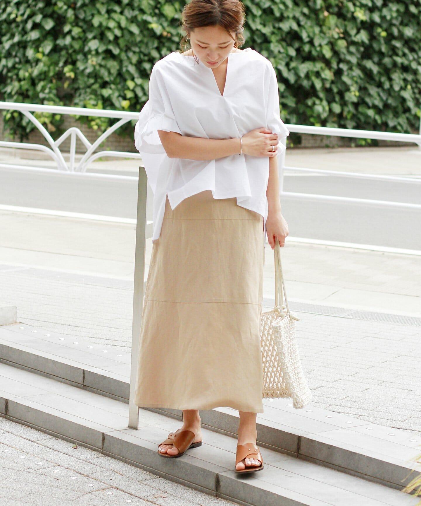 白シャツにリネンスカートコーデの女性