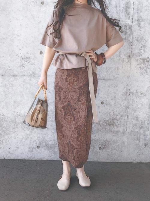 タイトスカートでブラウンコーデをする女性