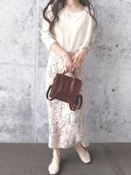 白ブラウンに柄スカートを合わせる女性