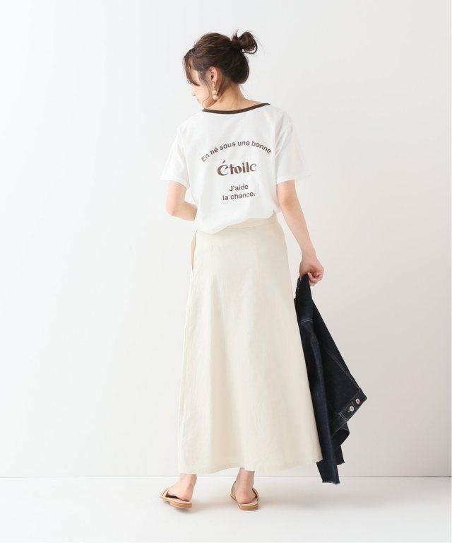 白のバックロゴのリンガーTシャツにオフホワイトのスカートを合わせた女性