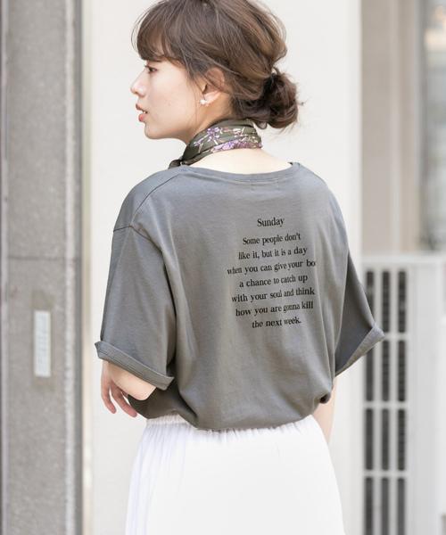 グレーの長文バックプリントTシャツの着画