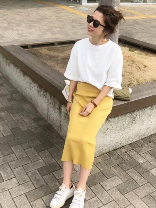 イエローのタイトスカートを履いた女性