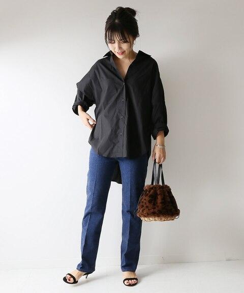 黒シャツにインディゴデニムパンツと黒ヒールサンダルを合わせたレディースコーディネート