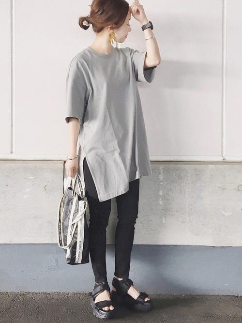 ビッグサイズTシャツコーデの女性