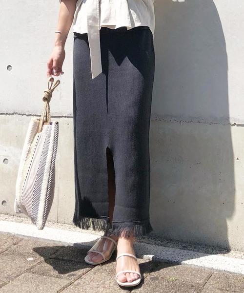 夏らしい裾フリンジの黒スカート