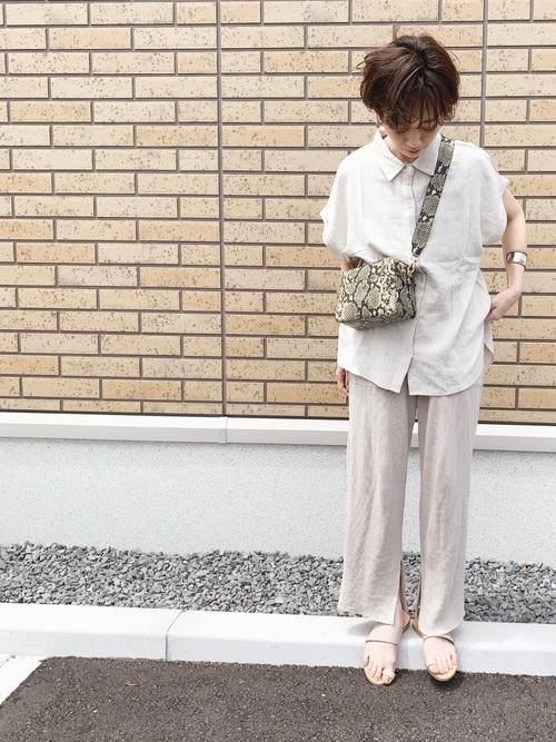 白シャツを着る女性