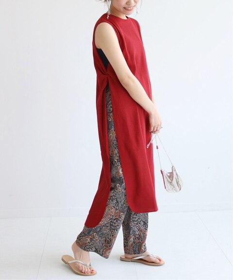 赤のノースリーブワンピースに似合う色の黒柄パンツを組みわせたレディース春夏コーディネート