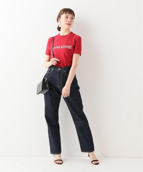 赤のロゴTシャツに似合う色のインディゴブルーデニムパンツを組み合わせたレディース春夏コーディネート
