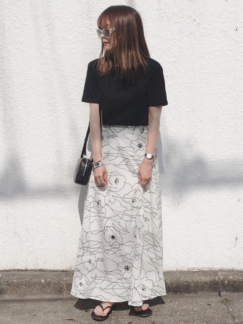 白花スカートを履く女性