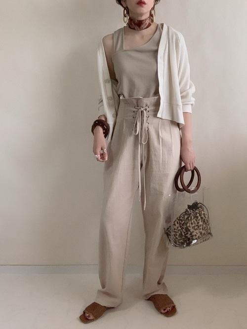 レオパード柄のクリアバッグを持つ女性