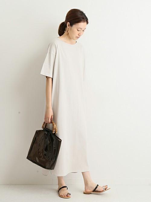 Tシャツワンピを着る女性