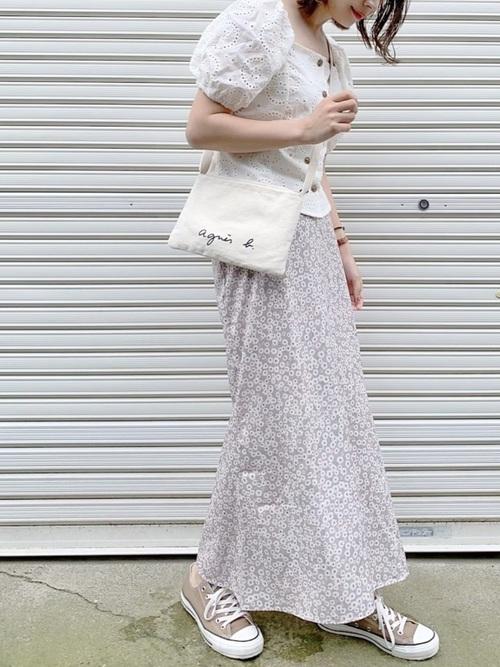 白ブラウスを着る女性