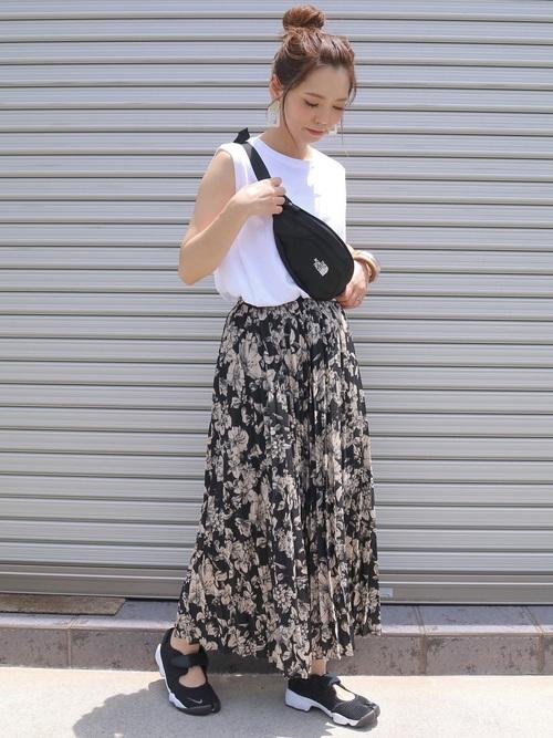 白のノースリトップスを着る女性