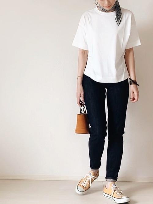 白Tに黒パンツを履く女性