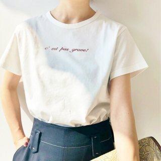 Tシャツが似合わない女性が赤ロゴのTシャツをきたイメージ画像