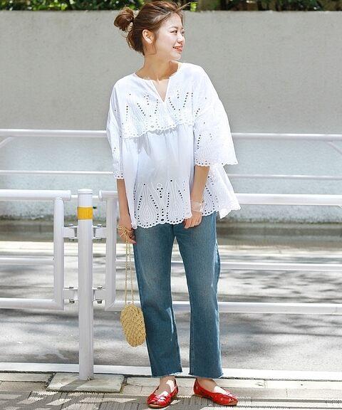 白が似合わない色白の女性に似合うデザインが凝った白ブラウスをきた画像