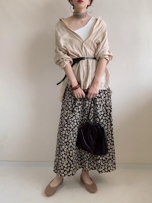 ベージュシャツと花柄スカートのコーデ
