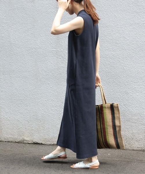 ネイビーのリブワンピースを着た女性