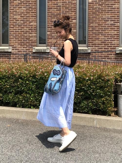 ブルーのスカートを履く女性