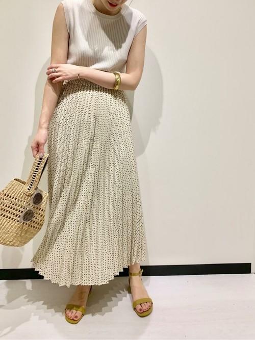 ドットのスカートを履く女性