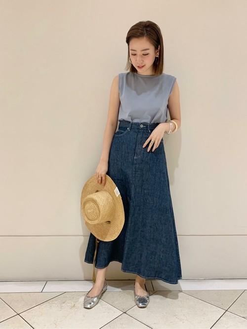 デニムスカートを履く女性