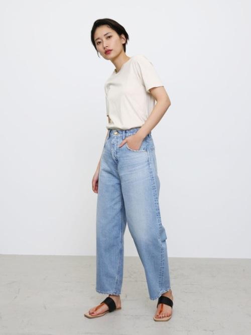 白Tシャツ×薄色デニムコーデ
