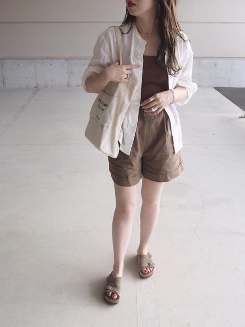 ブラウンのハーフパンツを履く女性