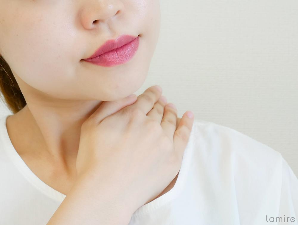 ベビーオイルを使って、肩や首付近をマッサージしている女性