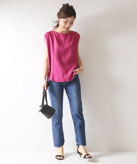 ショッキングピンクのノースリーブに似合う色のブルーデニムパンツを組み合わせたレディースコーディネート